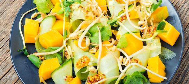 マンゴーと野菜のサラダ。