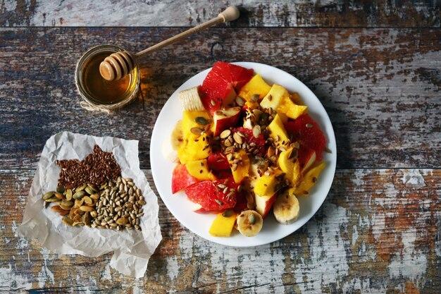 Салат с манго, бананом и грейпфрутом