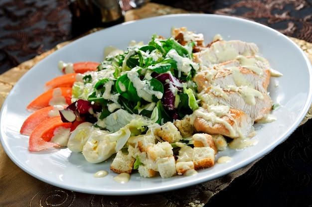 Салат с мясом. восточная еда. европейская кухня.