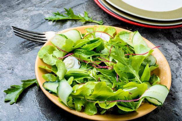 Салат с миксом салатных листьев