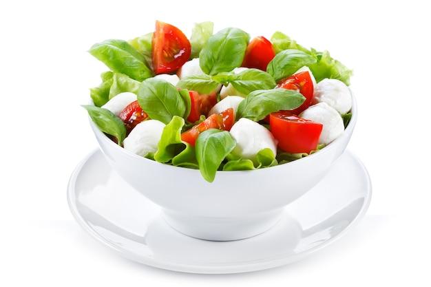 Салат с моцареллой, базиликом и помидорами на белом фоне