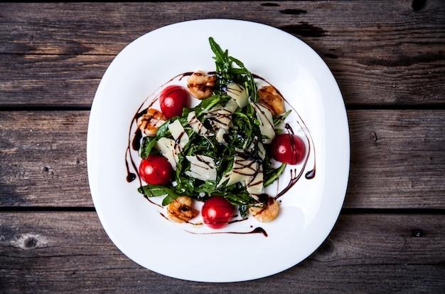 モッツァレラチーズ、トマト、バジルのサラダ