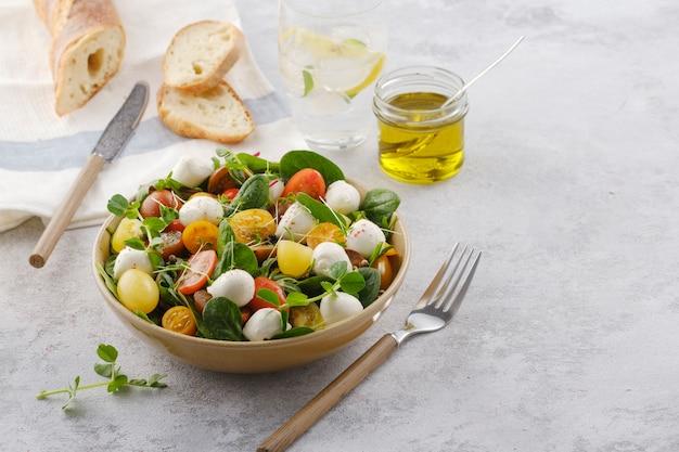 モッツァレラチーズ、ほうれん草、チェリートマトのサラダ。健康的な食事。ベジタリアン料理。