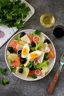 ジャガイモ、塩漬けサーモン、ブラックオリーブ、赤玉ねぎ、パルメザンチーズ、レタスのサラダ