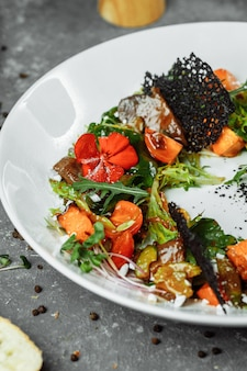 カボチャのトマトと揚げレバーのサラダ