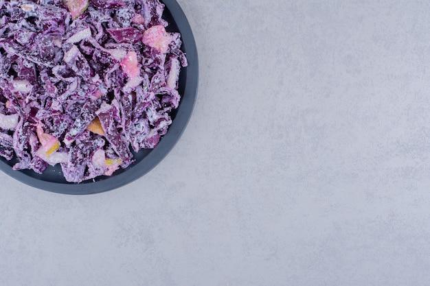 プレートに紫キャベツと玉ねぎのサラダ