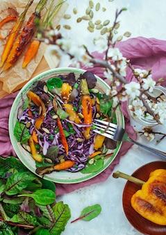 赤キャベツと灰色のコンクリート背景に他の野菜のサラダ