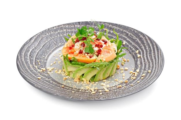 Салат с лососем и авокадо, изолированные на белом