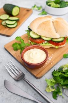まな板の上にサンドイッチとマヨネーズのサラダ