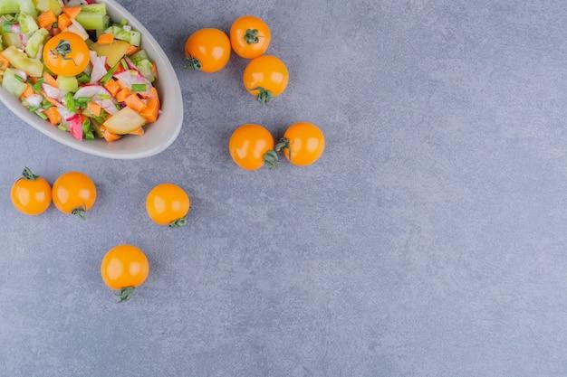 Салат с сезонными травами и овощами в миске