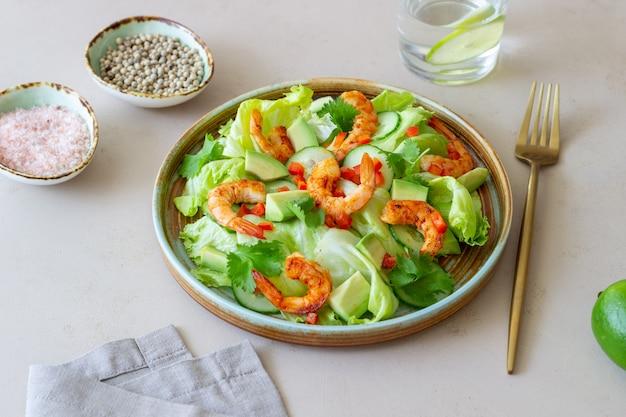 새우, 오이, 아보카도 샐러드. 건강한 식생활. 채식주의 자 음식.