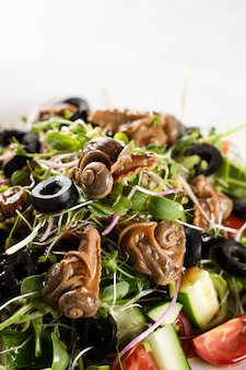 달팽이, 올리브, 토마토 체리, 오이, 채소 샐러드,