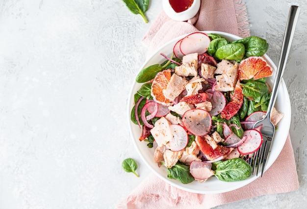 Салат со шпинатом, лососем, редисом и сицилийскими красными апельсинами
