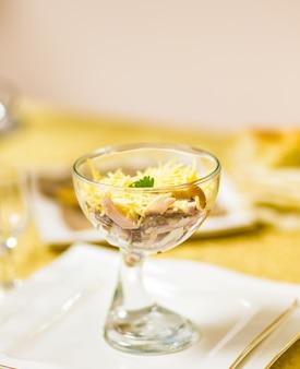흰색 테이블에 수 리미, 옥수수, 계란, 마요네즈 스틱 샐러드