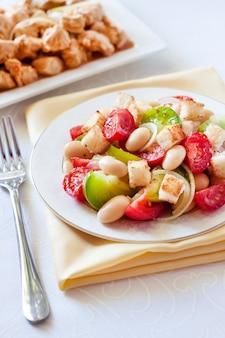 白パンから白インゲン豆とクルトンを煮込んだ3種類のトマトのサラダ