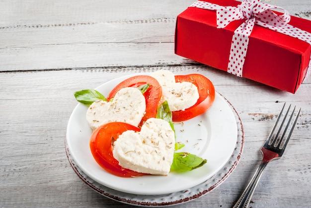 Салат с помидорами и сыром, на день святого валентина