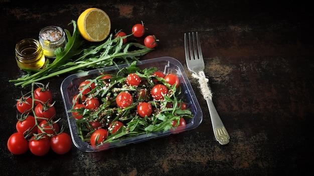 トマトのルッコラと種のサラダ