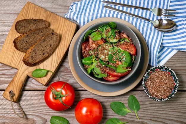 토마토, 오이, 아보카도, 시금치, 아마씨, 아마씨 유를 곁들인 샐러드