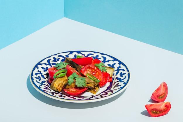トマトナスとパーシルのモダンなミニマリズムの高品質写真のサラダ