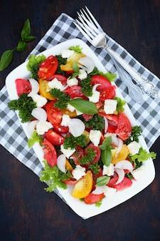 Салат с помидорами, вид сверху