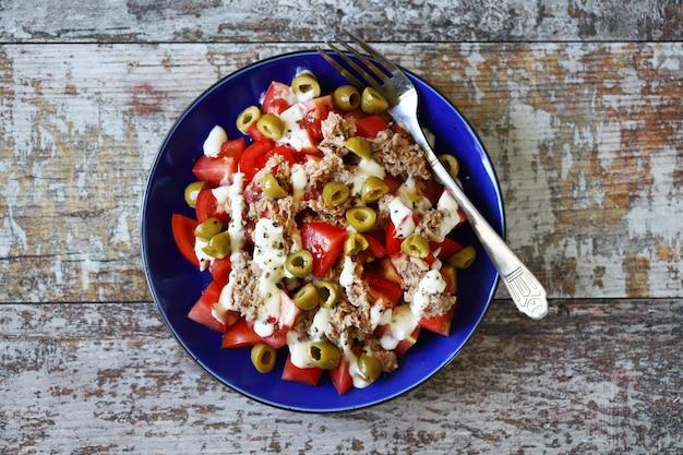 マグロ、オリーブ、タルタルソースのサラダ