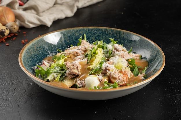 Салат с тунцом, перепелиным яйцом, рукколой, помидорами черри, редисом и сыром пармезан