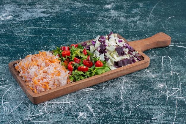 Insalata con varietà di ingredienti tra cui pomodorini, erbe e spezie.