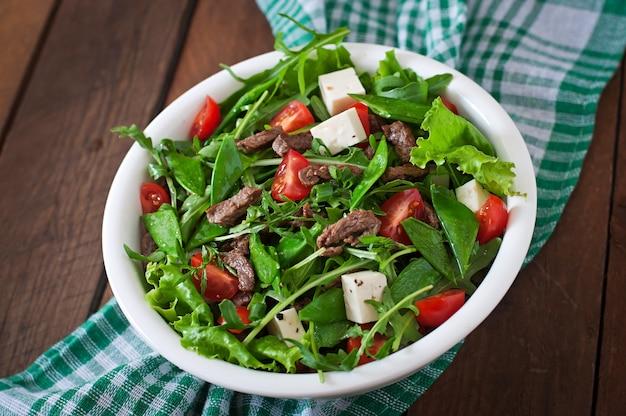 Салат с кусочками телятины, рукколой, помидорами и сыром фета
