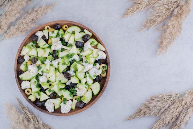 野菜とブラックオリーブのサラダ