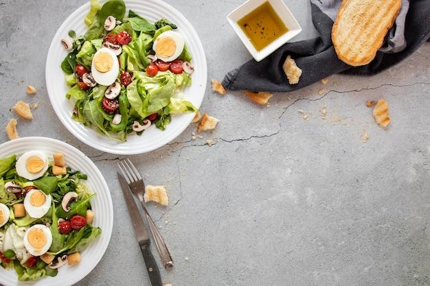 Салат с овощами и яйцом