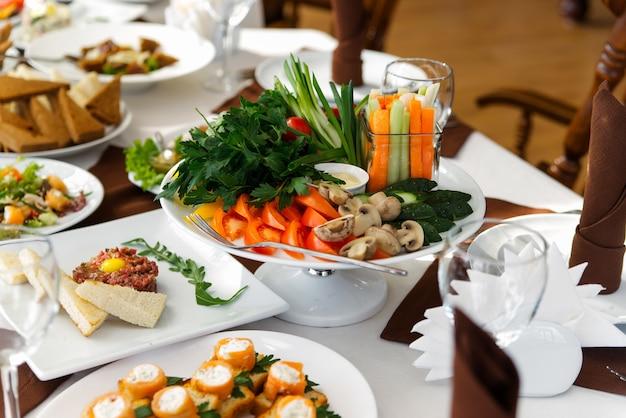木製のテーブルに野菜と緑のサラダ