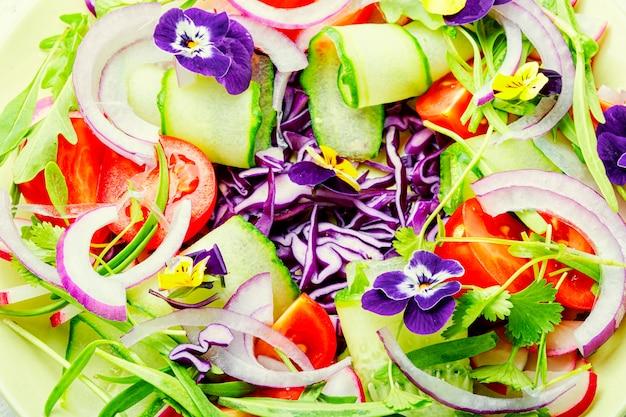 野菜とハーブのサラダ