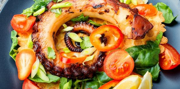 Салат с овощами и осьминогом