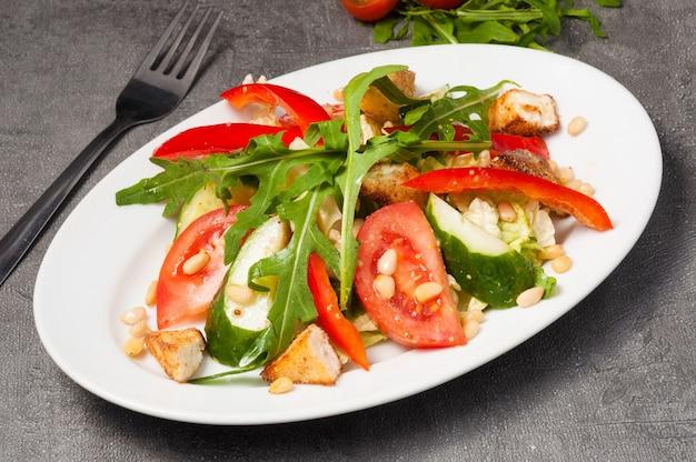 Салат с овощами, жареным сыром и кедровыми орешками