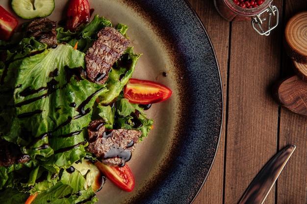 따뜻한 송아지 고기와 채소 샐러드