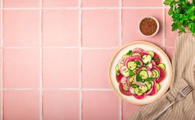 Салат с арбузным редисом, огурцом и красным луком