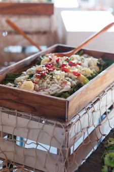 スプーンでサラダ木製トレイ