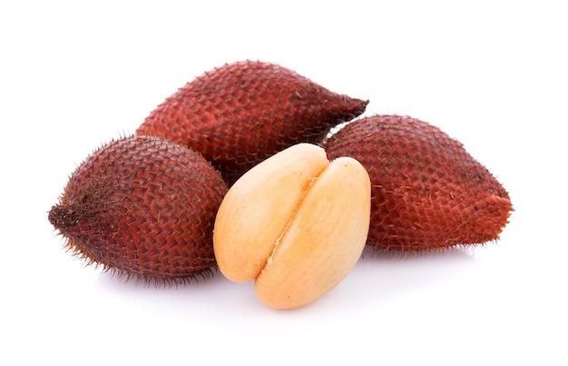 サラク果実、白い表面に分離されたサラクザラッカ