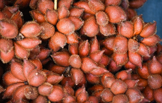 Salak palm текстуры фона или змеиных фруктов для продажи на фруктовом рынке