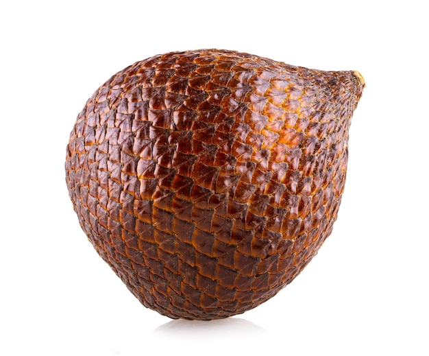 Salak (salacca zalacca) 또는 흰색 배경에 고립 된 뱀 과일