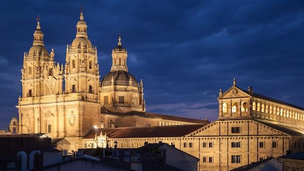 夜のサラマンカ、スペイン。ラクレレシア教会と教皇庁立大学。パノラマビュー、街並み