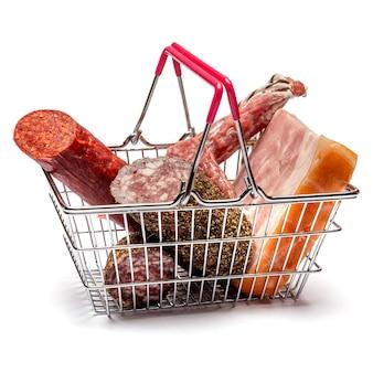 Копченая колбаса салями в корзине на белой поверхности