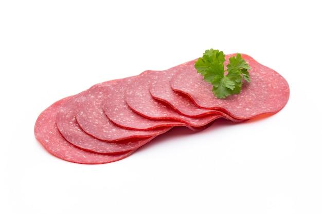 Копченая колбаса салями одним ломтиком изолирована вырезом.