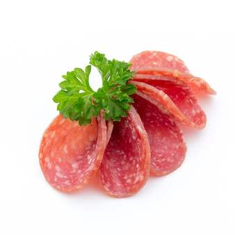 Ломтики копченых колбас салями, изолированные на белом фоне.