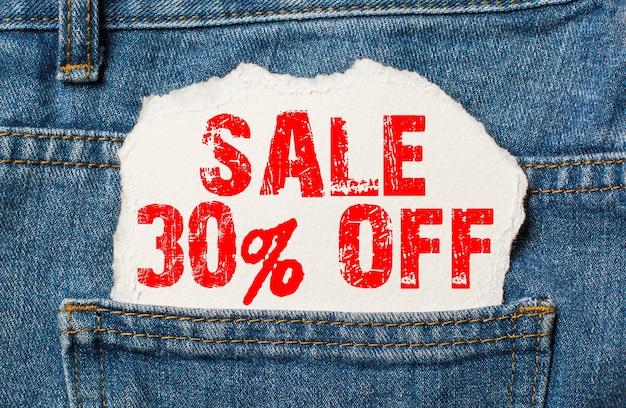 Скидка 30 на белой бумаге в кармане джинсов
