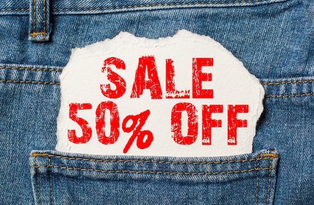 Скидка 50 на белой бумаге в кармане джинсов