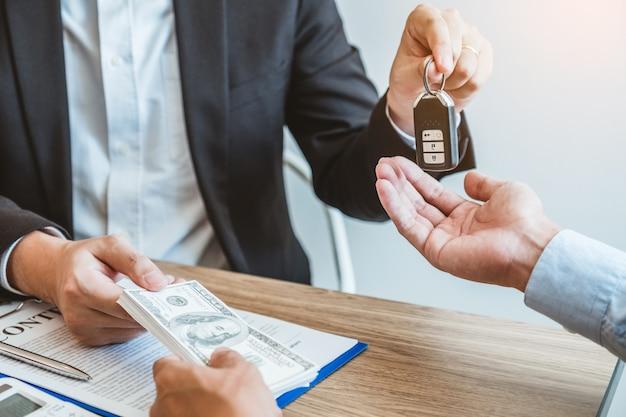 고객 및 서명 계약 계약, 보험 자동차 개념에 자동차 키를 제공하는 판매 에이전트.
