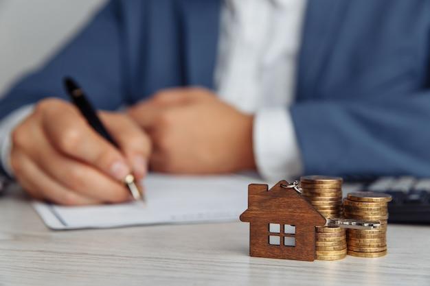 Торговый агент, подписывающий договор ипотечного кредита