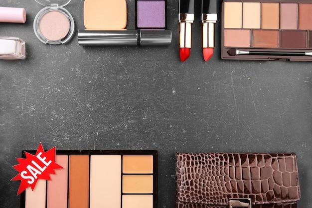 販売コンセプト。灰色の背景に女性のものと化粧品とピンクのタグ