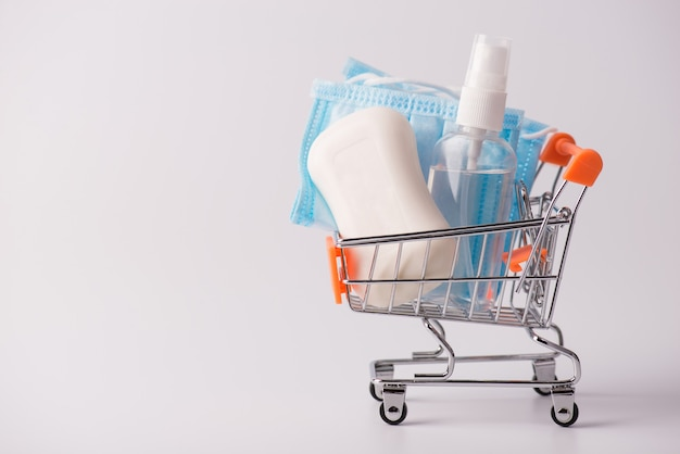 Концепция medicare эпидемического заболевания покупки покупателя продажи. боковой профиль крупным планом фото корзины для покупок, полной средств гигиены, изолированного серого фона с пустым пустым пространством